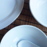 中国の庶民のお皿で餃子を食べる
