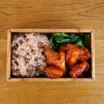 赤飯とヤンニョムチキン弁当